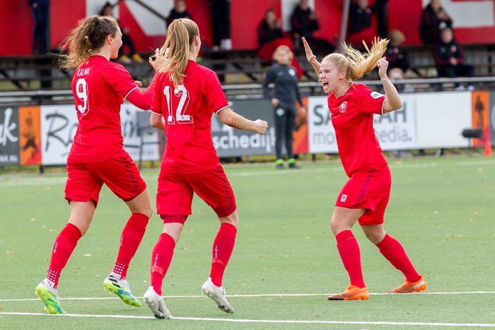 Blijdschap bij Fenna Kalma, Lynn Wilms Kika van Es als FC Twente op voorsprong komt.