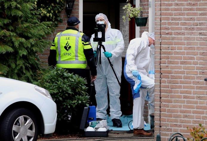 Onderzoek in de woning in Den Bosch na de vondst van een dode vrouw.