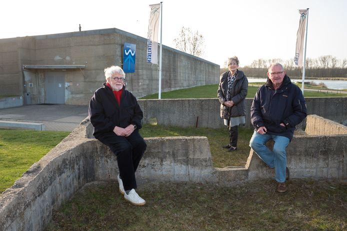 Vrijwilligers van het Watersnoodmuseum: Jaap Schoof (rode sjaal), Corry Slager en Dick Sies (blauw spijkerbroek).