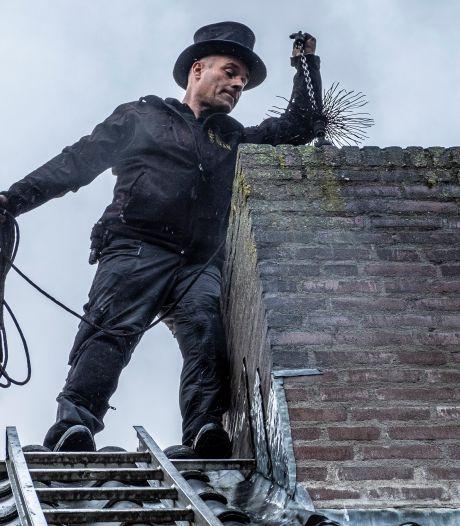 Schoorsteenveger Jeroen Haan had het nog nooit zo druk: 'Ik zie juist een explosie in verkoop van houtkachels'