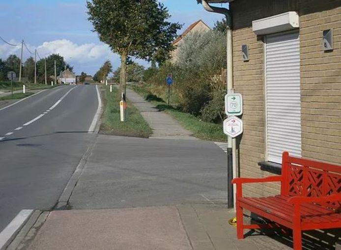 Zicht vanuit Eikhoekstraat: geen stop, geen fietsstrook..