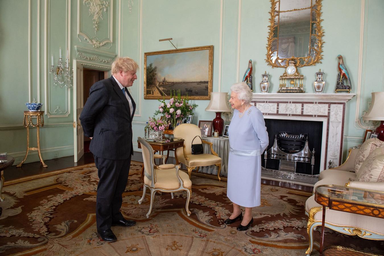 Après plus d'un an à s'entretenir par téléphone, la souveraine de 95 ans et le chef du gouvernement conservateur, tous les deux vaccinés contre le Covid-19, se sont rencontrés au palais de Buckingham.