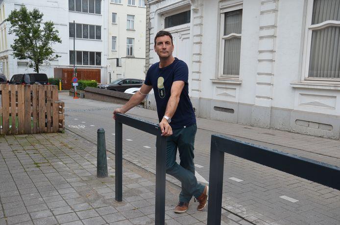 Schepen Wouter Vande Winkel bij twee fietsnietjes in de Biezenstraat in Ninove.