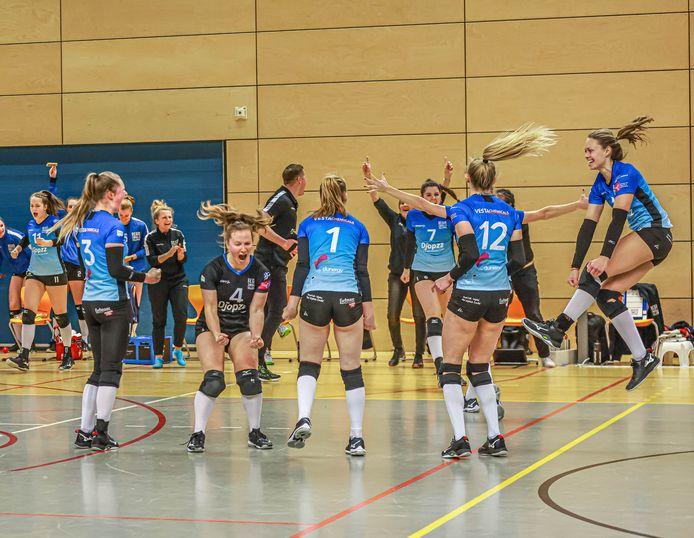 De speelsters van Regio Zwolle Volleybal moeten nog even wachten op de ontknoping van het seizoen.