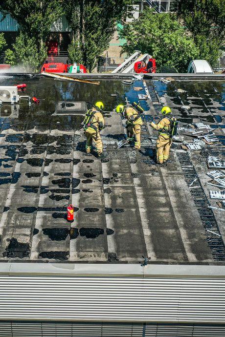 'Zeer grote brand' in dak van loods op Zwijndrechts industrieterrein is onder controle