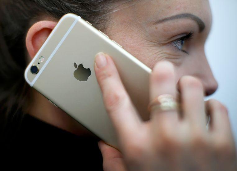 Apple vervangt de batterij van de iPhone met korting, ook als uit een diagnostische test blijkt dat het ding nog goed presteert. Hier belt een vrouw met de iPhone 6.