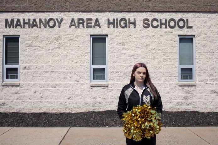 Brandi Levy staat met haar cheerleader-attributen voor de  Mahanoy Area High School in Mahanoy City (Pennsylvania).