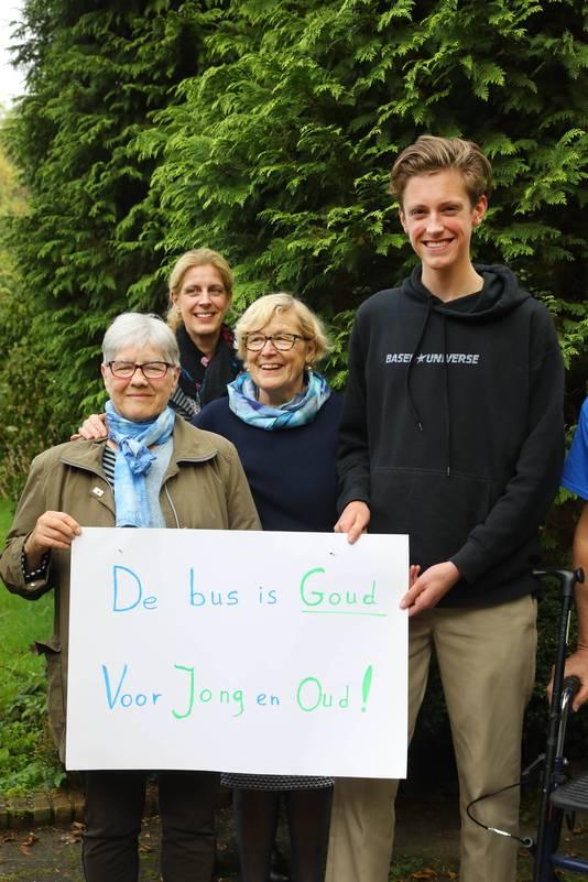 Buurtbewoners Rijksstraatweg protesteren tegen eventuele opheffing buslijnen.