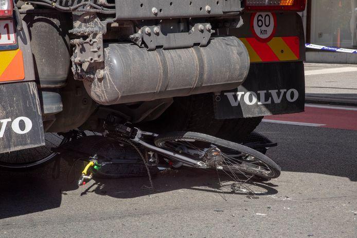 De vrouw kwam onder de vrachtwagen terecht toen deze afsloeg naar Boelare.