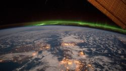 Zelfs Ierse hemel kleurt groen voor St Patrick's Day