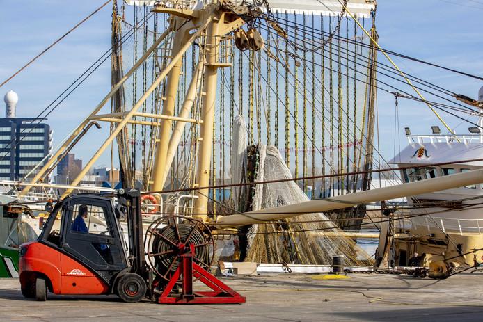 De pulskotter DH4 in de haven van Den Helder.