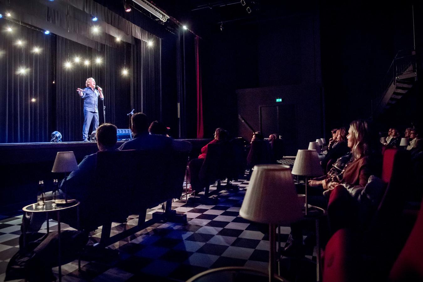Bastiaan Ragas in theater Het Kielzog in Hoogezand, voor 30 bezoekers.