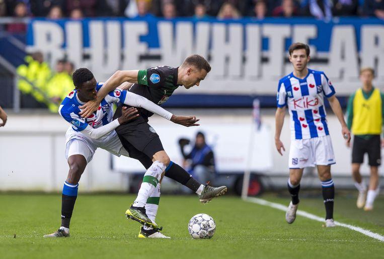 Rodney Kongolo van sc Heerenveen in duel met Mike te Wierik van FC Groningen. Beeld ANP Sport