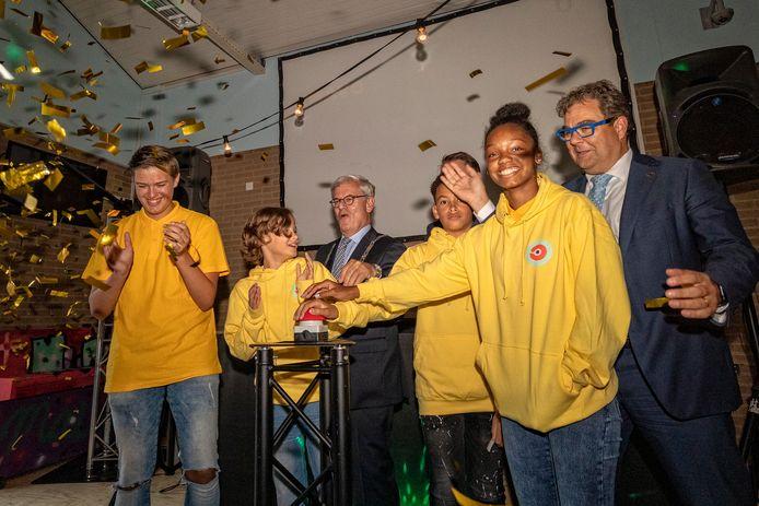 Een jaar geleden was het nog feest bij de MAVO Zoetermeer. Burgemeester Charlie Aptroot, wethouder Iedema en vier leerlingen openden de school.