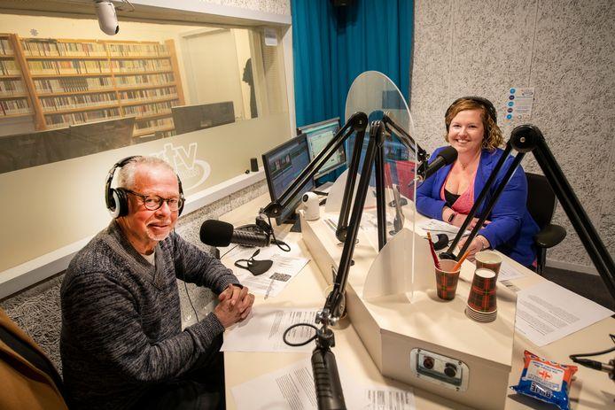 Gerard Yntema en Chantal Zwaag in de studio van RTV Apeldoorn aan de Arnhemseweg. ,,Normaal zenden we uit vanuit het stadhuis, maar dat kan door corona momenteel helaas niet.''