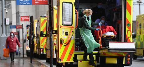 """Le risque de submersion des hôpitaux ayant """"reculé"""", le Royaume-Uni abaisse son niveau d'alerte"""