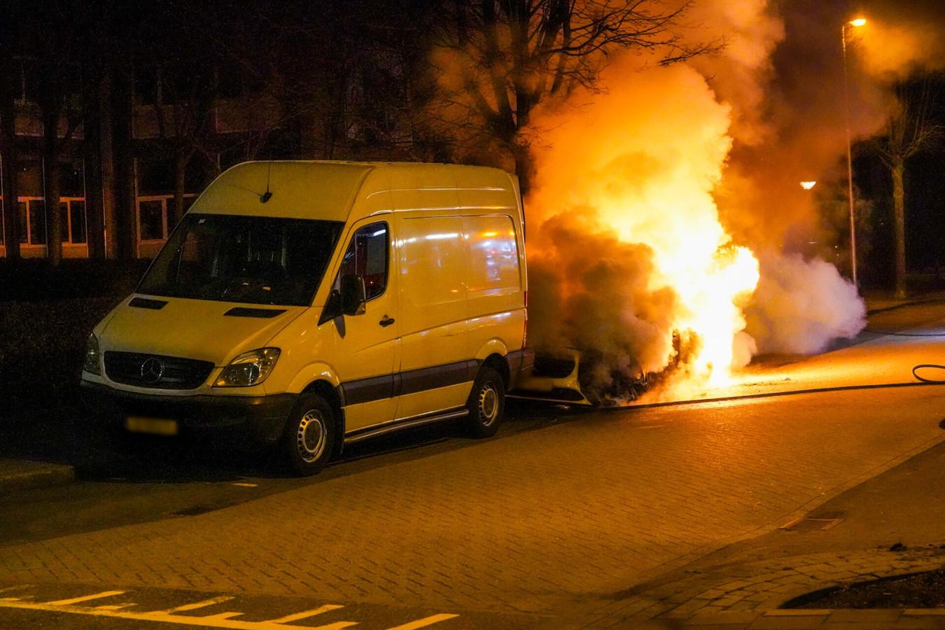 Auto in brand gestoken op Schubertlaan in Eindhoven.