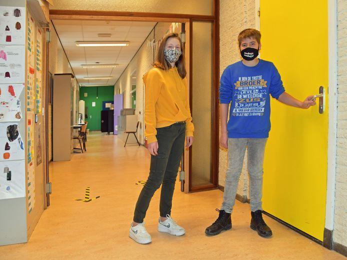 Jasmine Bolsius (links) en Bart Buijze op weg naar hun klaslokaal.