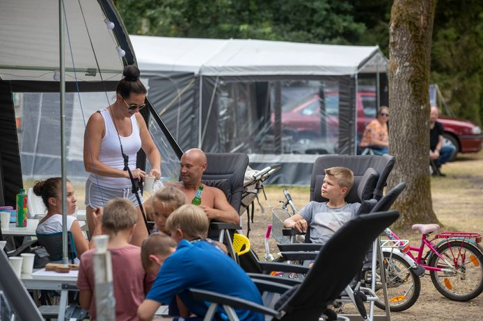 Veel Nederlanders vieren vakantie in eigen land, zoals deze familie op EuroParcs de Wije Werelt in Otterlo.