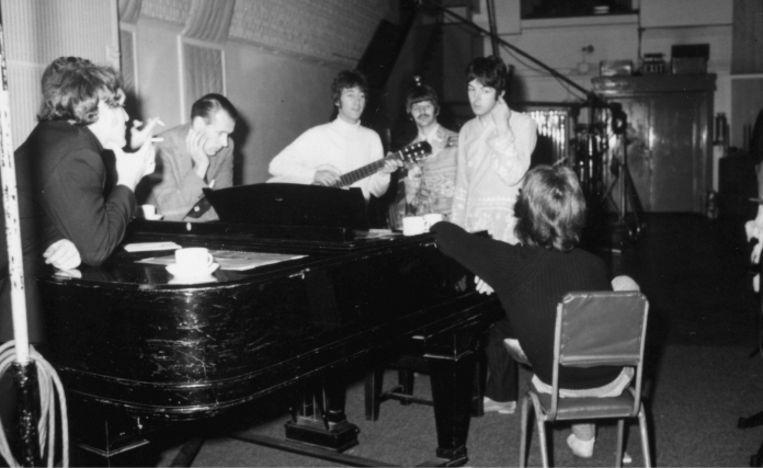 'Tijdens de eerste ontmoeting tussen George Martin en The Beatles, was de wederzijdse argwaan tastbaar. Toen Martin informeerde of hen iets niet beviel aan de set-up in de studio, sneerde George Harrison: 'Ja: jouw das.' Beeld