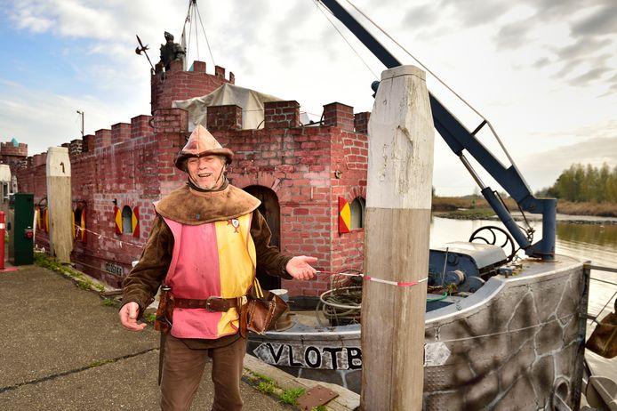 Lenny Vries met zijn museumschip Kasteel Vlotburg.