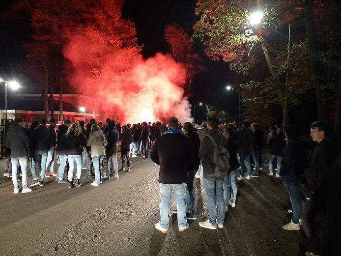 Supporters van De Graafschap bij het stadion na de 1-1 tegen Jong Ajax.