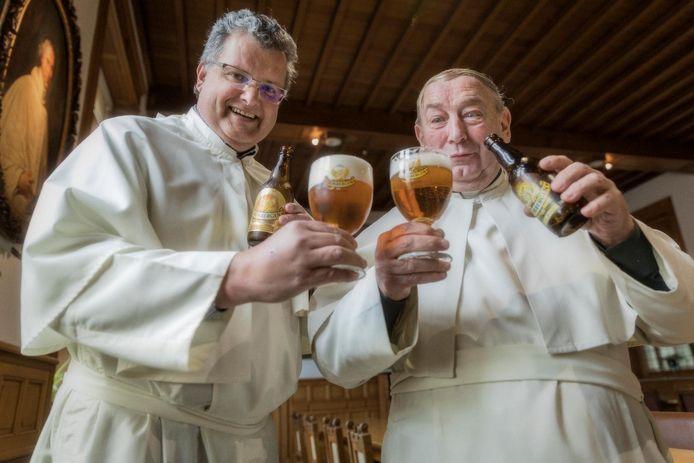 Bierbrouwer in spe Karel Stautemas en confrater Stefaan Verstraeten klinken alvast op het welslagen van een mooie droom.