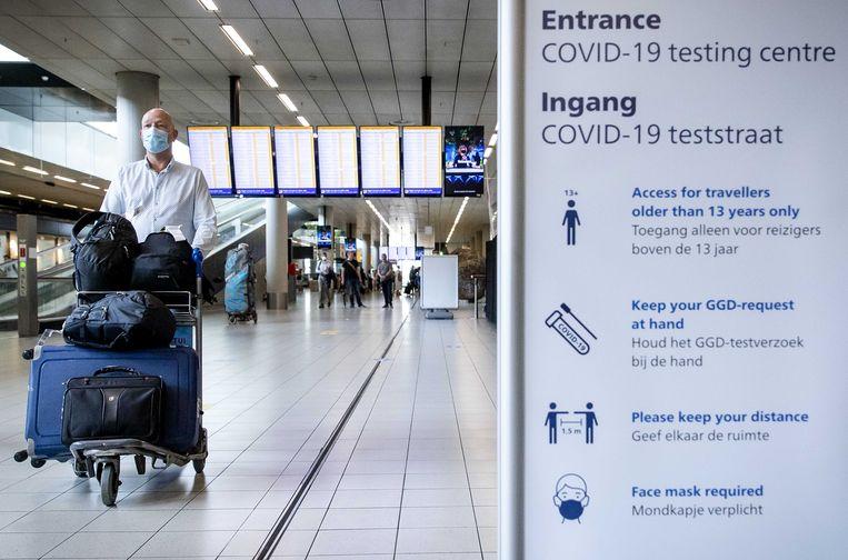 Reizigers uit risicogebieden worden direct na aankomst door de GGD naar de teststraat verwezen. Beeld ANP