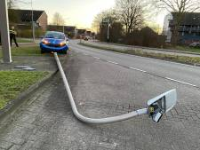 Automobilist ramt lantaarnpaal in Zutphen
