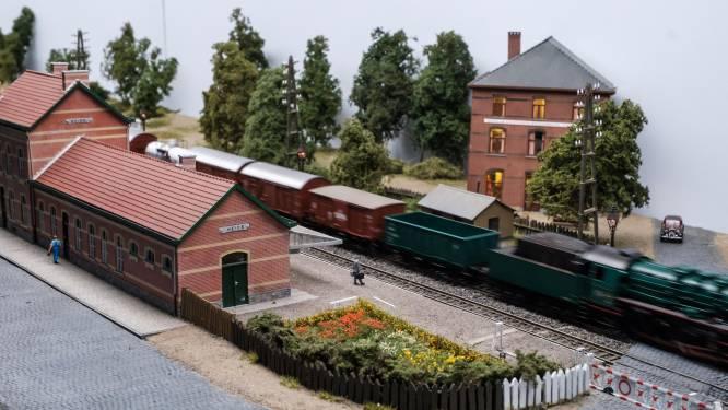 Modelbouwtreinen rijden door Rivierenhof