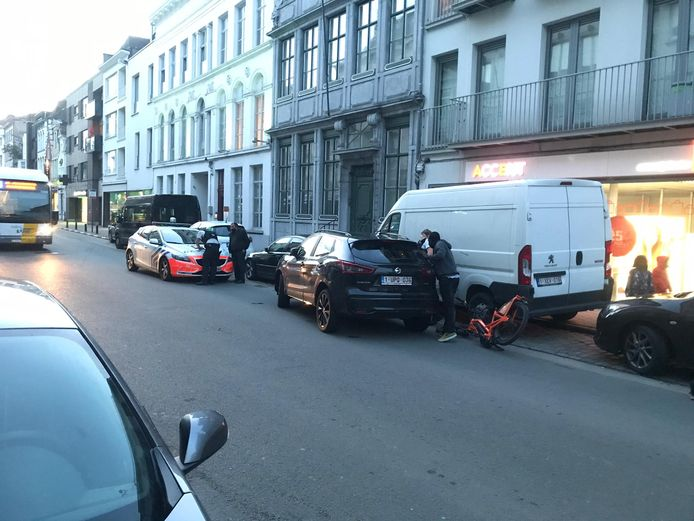 De fiets lag er na de aanrijding verbrokkeld bij.