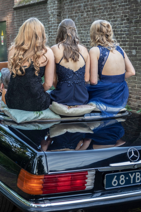 In gala-outfit onderweg naar schoolfeest in Gemert