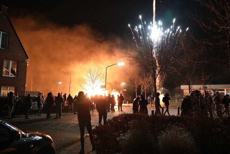 In de Brabantse plaats Veen was het dinsdag voor de derde avond op rij onrustig. Inwoners staken auto's en een paardentrailer in de brand. Ook werd er vuurwerk afgestoken.  Beeld ANP