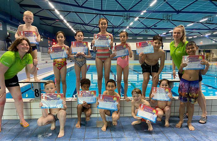 Trotse kinderen in zwembad de Peppel in Ede