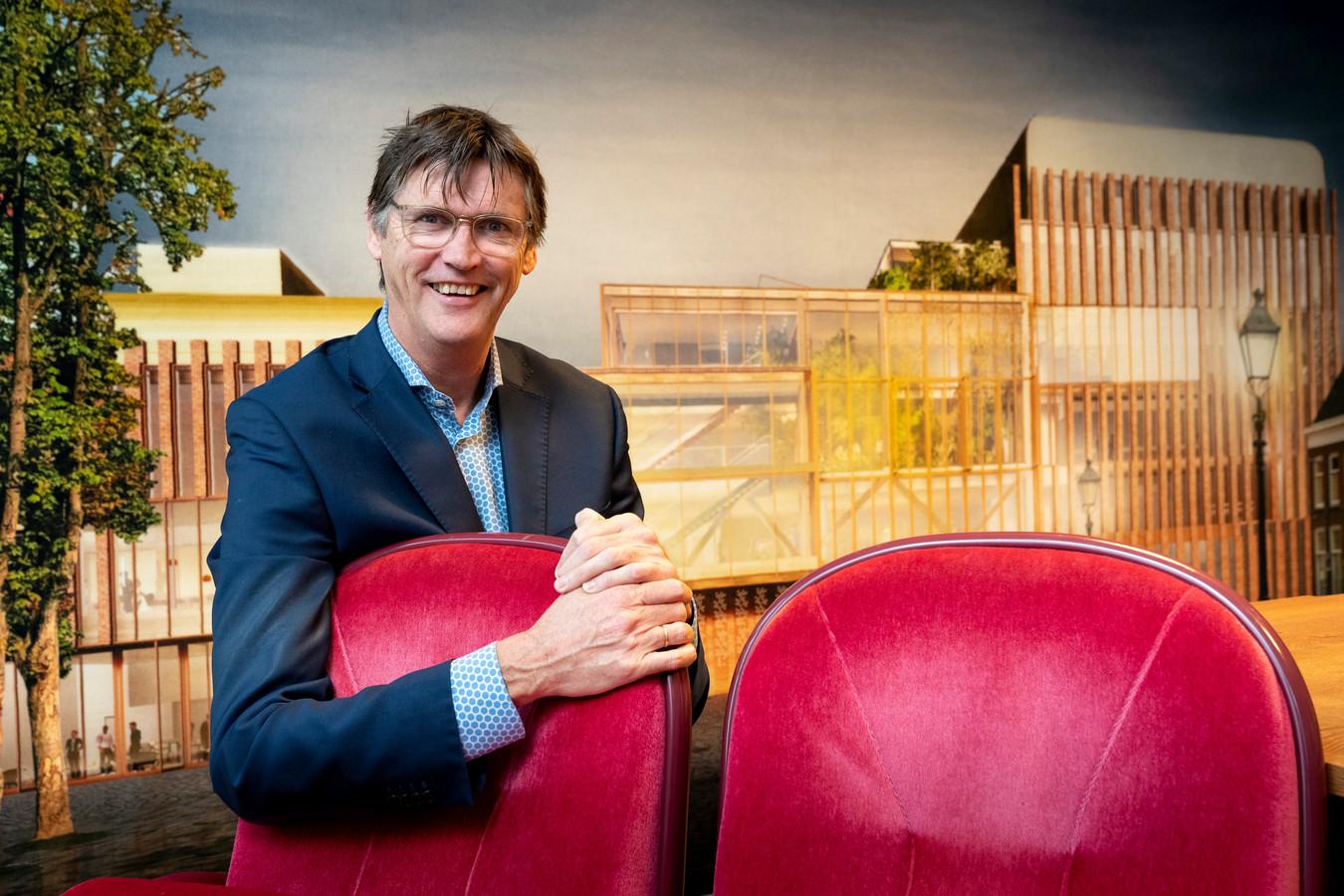 Directeur Alex Kühne van Theater aan de Parade in zijn tijdelijk kantoor, met aan de wand de nieuwebouw aan de Parade.