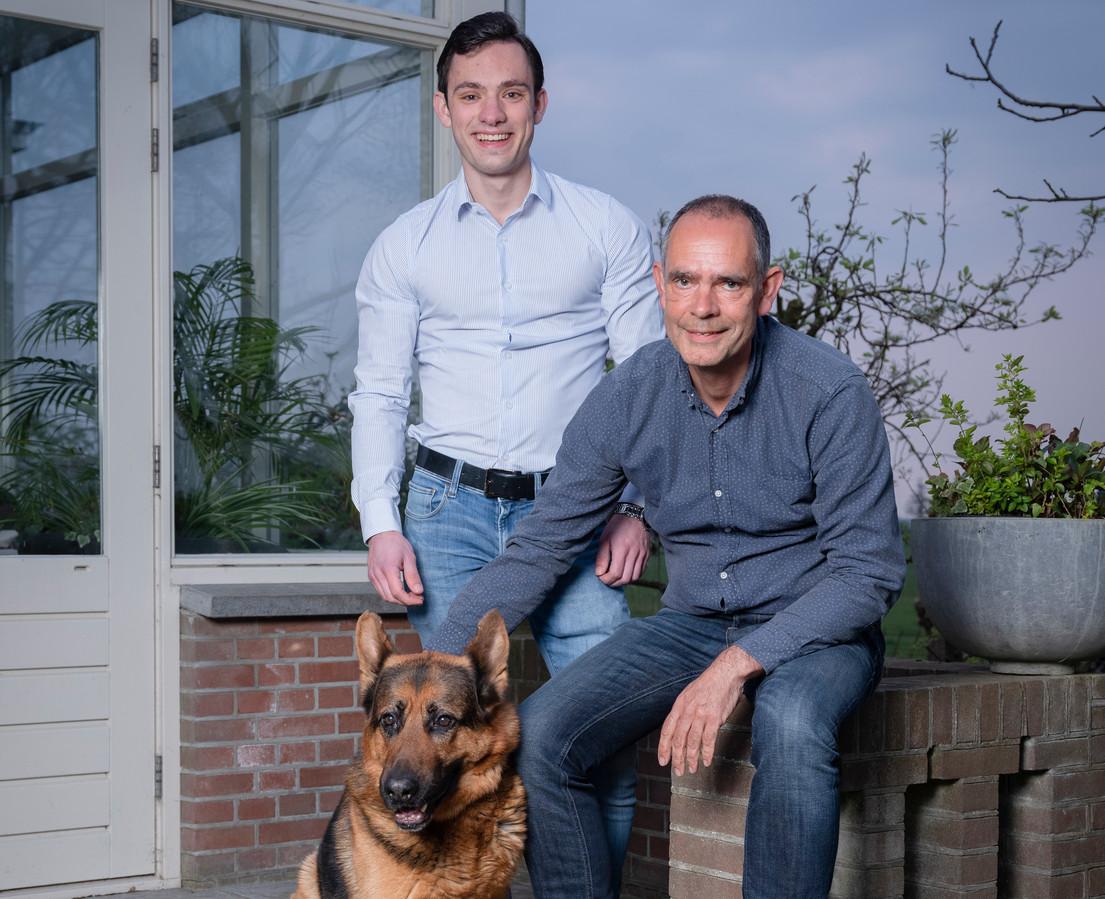 Vader Ron en zoon Derek Soeterbroek, samen met hun hond Dennis.