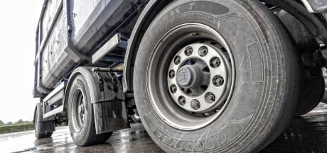 Onrust over verzakkingen en scheuren: 'Minder vrachtverkeer in Dorpsstraat Zevenhuizen toelaten'