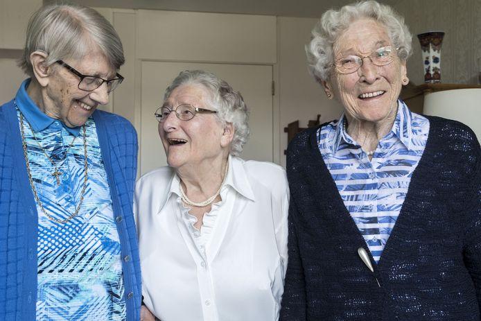 GOOR - Gezworen vriendinnen alle drie 97. Wonen alle drie in Huize Herfstzon en maken dagelijks dikke pret. Vlnr: Dinie Overbeek , Dini Keuper en Lien Koebrugge. EDITIE: HE FOTO: Frans NIkkels FN20180516