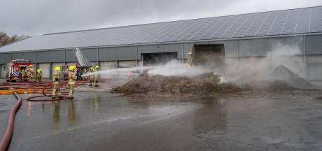 Brand breekt uit in composthoop in loods Nieuwe-Tonge; blussen duurt uren