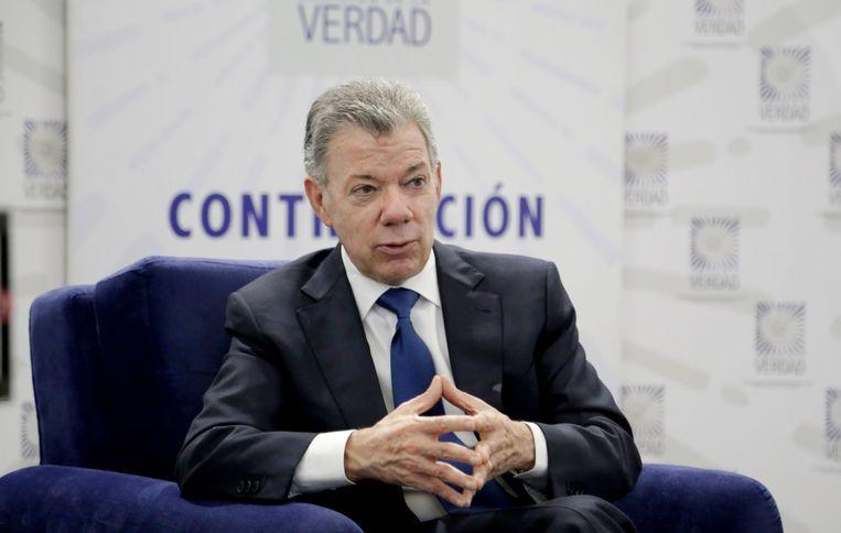 De voormalige president van Colombia tijdens zijn getuigenis voor de commissie die de decennialange strrijd met rebellengroepen onderzoekt. Beeld EPA