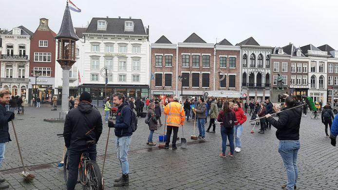 Tientallen mensen verzamelen zich op de markt in Den Bosch.