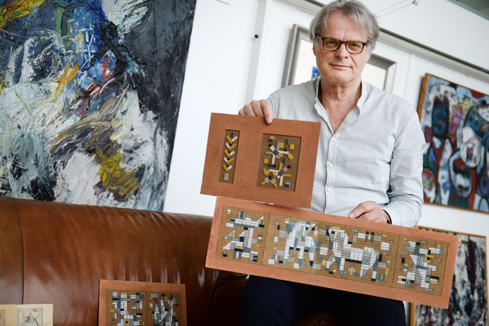 Bert Kuipers van de gelijknamige kunsthandel in Enschede met een paar van de voorstudies van het mozaïek van Holtrop dat de gevels van het Hengelose stadhuis siert.