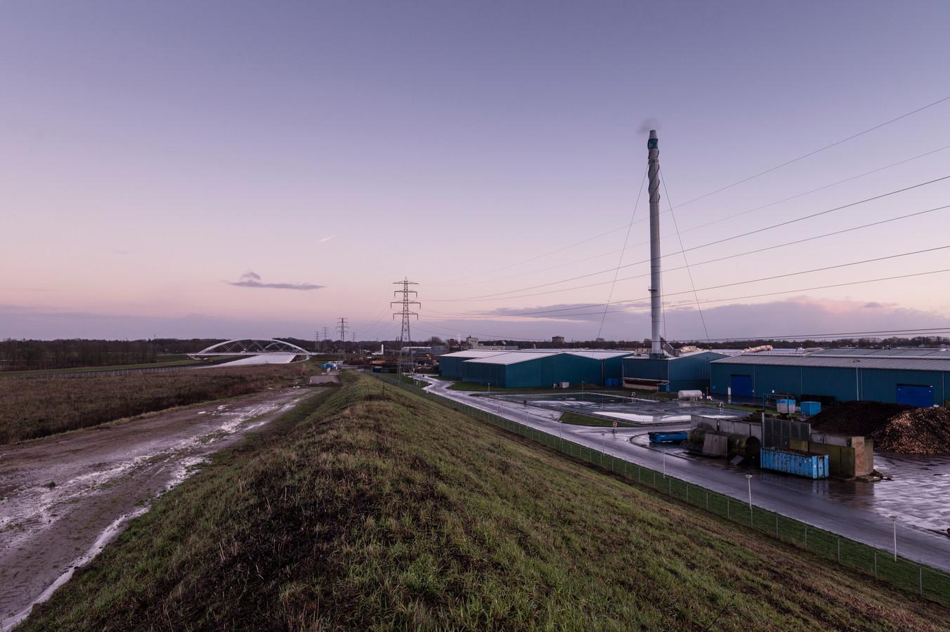 Rechts industrieterrein De Mars, links van het Twentekanaal het buitengebied van Eefde-West. Bewoners hebben er zorgen over hun gezondheid.