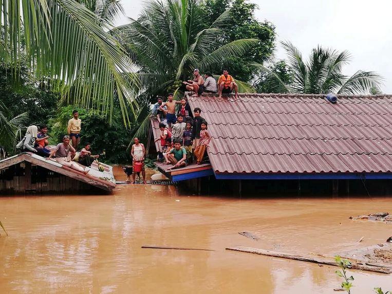 Vijf miljard kubieke meter water spoelde huizen weg en dorpen liepen helemaal onder na het instorten van een stuwdam in het zuiden van Laos. Beeld REUTERS