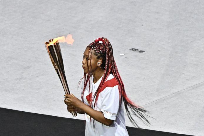 Naomi Osaka met het olympisch vuur.