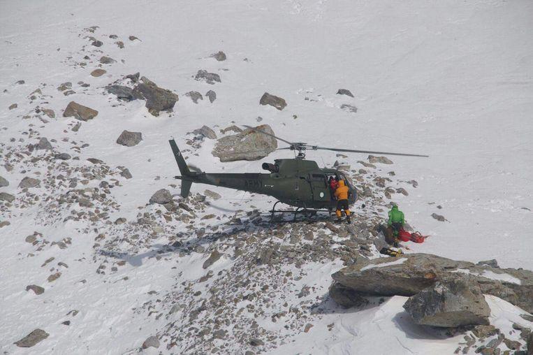 De Franse bergbeklimster wordt met een helikopter geëvacueerd.