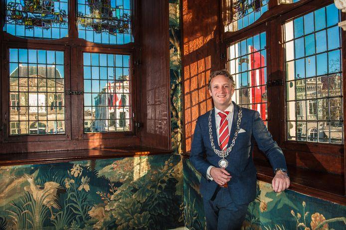 Burgemeester van Gouda Pieter Verhoeve in de trouwzaal van het stadhuis op de Markt.