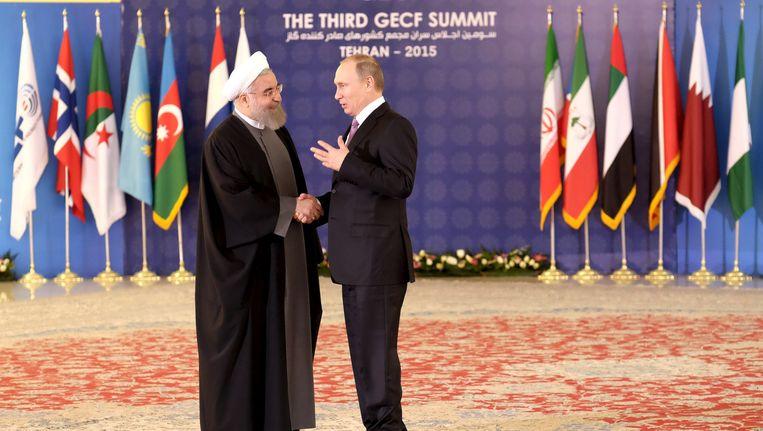 De Iraanse president Hassan Rouhani verwelkomt de Russische president Vladimir Poetin in Teheran.
