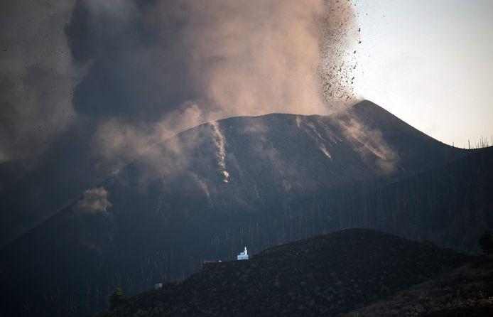 De vulkaanuitbarsting in La Palma nam vrijdag in kracht toe, doordat de Cumbre Vieja opnieuw meer assen, rook, lava en stenen spuwde.