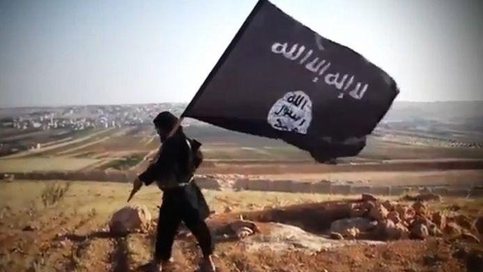 Een aanhanger van Islamitische Staat met de vlag van IS